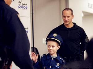 小男孩当警局局长 许愿基金会帮其完成梦想
