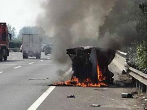 车轮爆胎侧翻后起火险丧命 过路司机救下一家默默离开