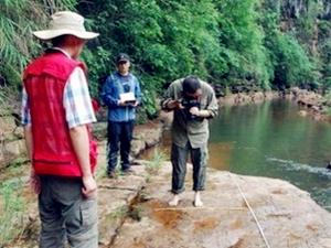 贵州河滩现怪脚印 专家勘察发现竟然恐龙脚
