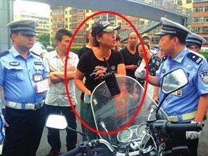 女司机违停骂交警 因一碗牛肉面收罚单怒骂交警