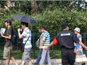 """清华大学游客限流 却成为""""黑拉客""""赚钱的好地方"""