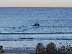 吉普车冲进大海驰骋 震撼在场所有人但却不