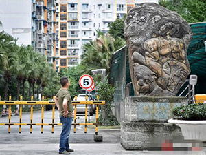 10吨雕像立门口为好认路 男子奇思妙想利人