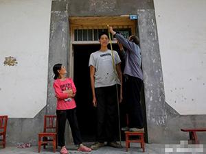 陕西巨人36岁还在长高 不断增高背后原因吓死人但打不倒他们
