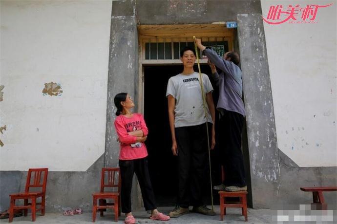 巨人的父亲给他量身高