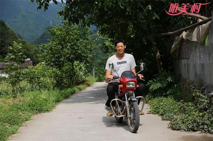 摩托车是任能兵出行的交通工具