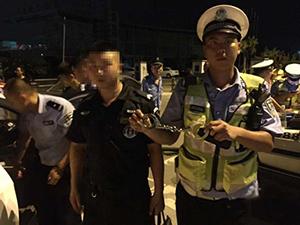 假警察开假警车被真警察抓 装备齐全手臂纹