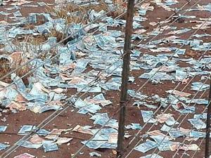 运钞车被劫匪炸开 惯犯劫钱顺走枪械大量钞票散落一地
