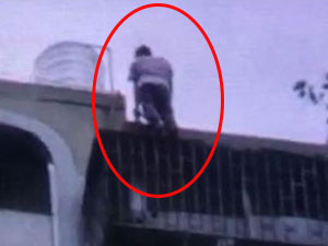 男子跳楼父亲伸手去接致骨折 跳楼原因令人