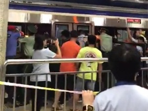 众人地铁推车救人 伤者被及时送往医院救治