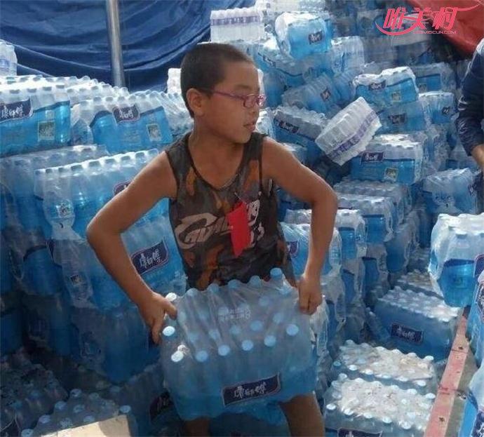 胡智博搬水