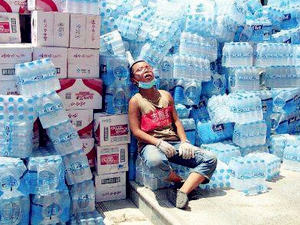 争当洪水救援志愿者 12岁志愿者累瘫照片走红