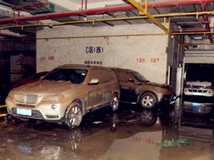 昆明连日降下暴雨 地下车库80多辆车泡水3天
