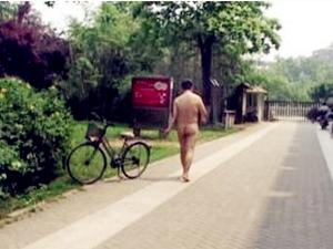 男子公园内裸奔 光着屁股一丝不挂地在园区