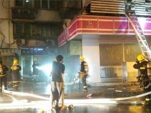 上海沿街房起火 热心市民用棉被铺起救生垫