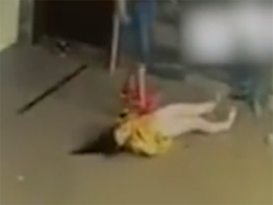 男子猛踢女子致昏迷 女子头部出血倒在售票
