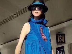 杨丽萍拉买菜箱子去机场 一袭蓝色裙装穿出