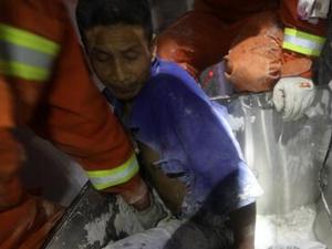 工人工作时右腿卷搅拌机 好在消防官兵救援及时