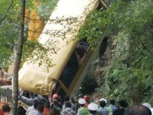 安徽中巴车侧翻 现场画面曝光两人死亡驾驶员落水失联