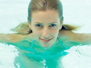 女子游泳后竟怀孕 网友称可能与酒吧的男人偷情