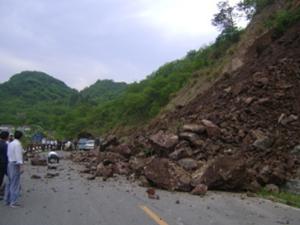 暴雨导致神农架突发山体滑坡 道路阻塞影响游客通行