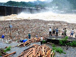 广西村民在泄洪口打捞木材 冒险打捞木材令人惊心动魄