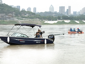 男子无视警示江边洗车 车子打滑连人掉入江里失踪两天两夜