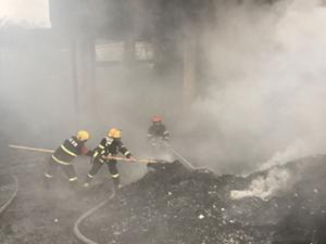 重庆收购站起火 现场浓烟围绕一片狼藉究竟因何起火