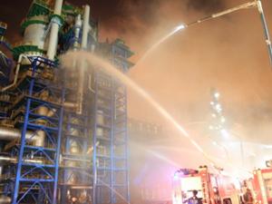 大连石化爆炸事故 出动了300多名消防官兵