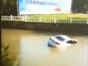 上海一轿车失控冲入河道 获快递小哥救援事后车子沉入河中