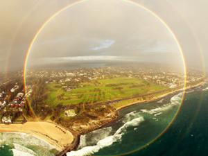 英国一名男子在跳伞时 偶遇到了圆形的彩虹
