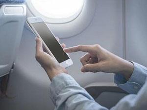 旅客飞机上玩手机 不听劝阻弃飞行危险于不顾执意玩手机