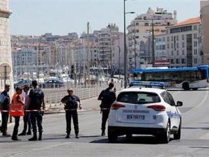 法国轿车冲撞车站 可能是蓄意为之