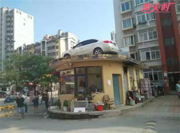 女司机停车堵门物业送轿车上屋顶