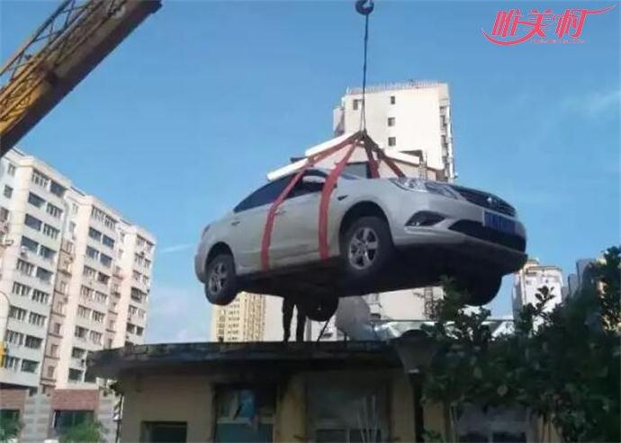女司机停车堵门物业送轿车上屋顶图片