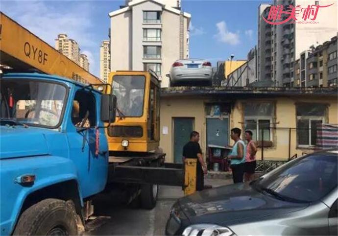 女司机停车堵门现场