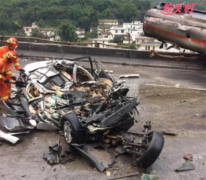 云南昆石高速4车相撞现场惨烈