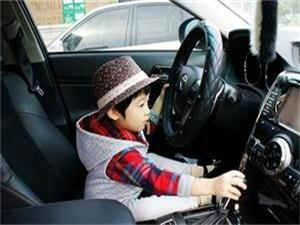 叔叔停车忘拔钥匙 粗心引发严重交通事故