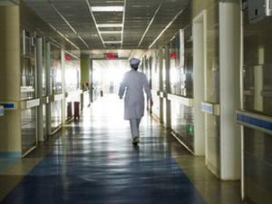 济南女子掌掴护士被拘 情急给父亲看病后悔