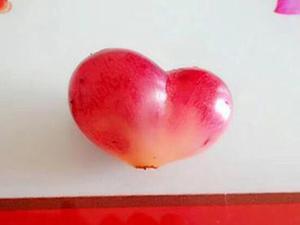 市民买到心形葡萄 颜色粉嫩造型圆润美的令人爱不释手