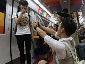成都地铁现男男求婚 两小伙现场秀恩爱遭路人阿姨甩耳光