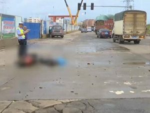 暴雨后路面积水浮出女尸 年轻妈妈疑遇车祸离世家人悲痛欲绝