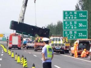 京承高速货车相撞 场面惨烈致交通大堵塞上班族集体迟到