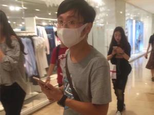 南京地铁现口罩男 身上有股味道强抱女生拍