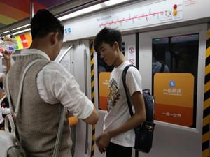地铁现男男求婚引争议 为其发声的人寥寥无几