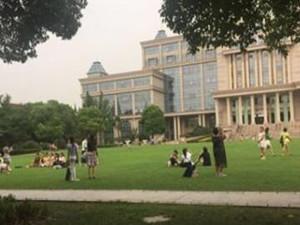上海名校变成景区 家长携带孩子来树立目标