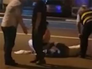 警察打骂醉酒者被停职 拳打脚踢场面惨烈醉酒者倒地不起