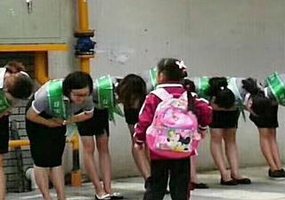小学老师给学生鞠躬引争议 网友指责过于商业化学校做出回应