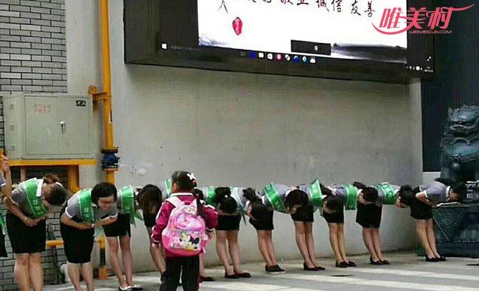 小学老师给学生鞠躬引争议