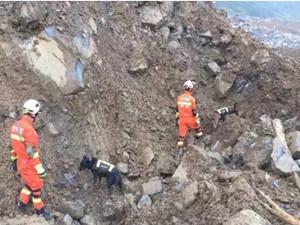 贵州崩塌有23人遇害 救援队冒雨坚持救援工